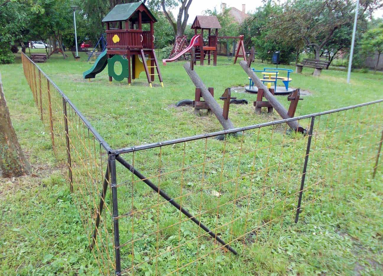 Kerítés építése a játszótér köré
